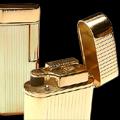 Коллекция Кремниевые зажигалки Im Corona 39 наименований стоимостью от 2890 до 9290 руб. Зажигалка – не просто приятная мелочь, это аксессуар, который многое может рассказать о своем владельце. В коллекции зажигалок Im Corona с хромированным, палладиевым или лаковым покрытием, с отделкой из кожи, натурального дерева обязательно найдется зажигалка, идеально подходящая в качестве подарка Вашим близким, друзьям или знакомым. Основная цветовая палитра коллекции – матовый серебристый, золотой, черный. Стильный дизайн корпуса, разнообразие форм и расцветок, гладкая, рельефная, комбинированная поверхность, интересные сочетания тонов и отделки.