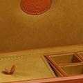 Коллекция Шкатулки для аксессуаров 26 наименований стоимостью от 23430 до 1120520 руб. Шкатулки для украшений и аксессуаров Underwood изготавливаются из высококачественной дубленой растительными компонентами телячьей кожи. Прилежно следуя вековым традициям, высококлассные мастера  Underwood достигли необычайных высот исполнения: их изделия отличает изысканный стиль, надёжность и продуманное оформление. Вместительные удобные отделения с высокотехнологичной отделкой из микрофибры, французские замки из высокопрочной латуни и безупречный внешний вид – всё работает на вас.